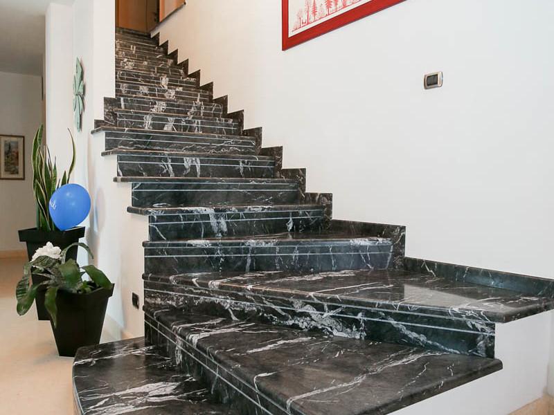 Scala in marmo nero in val di sole lagorai pietre - Progetto scale interne ...
