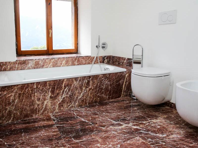 Pavimenti E Rivestimenti Trento : Pavimento e rivestimento bagno in marmo rosso lagorai pietre