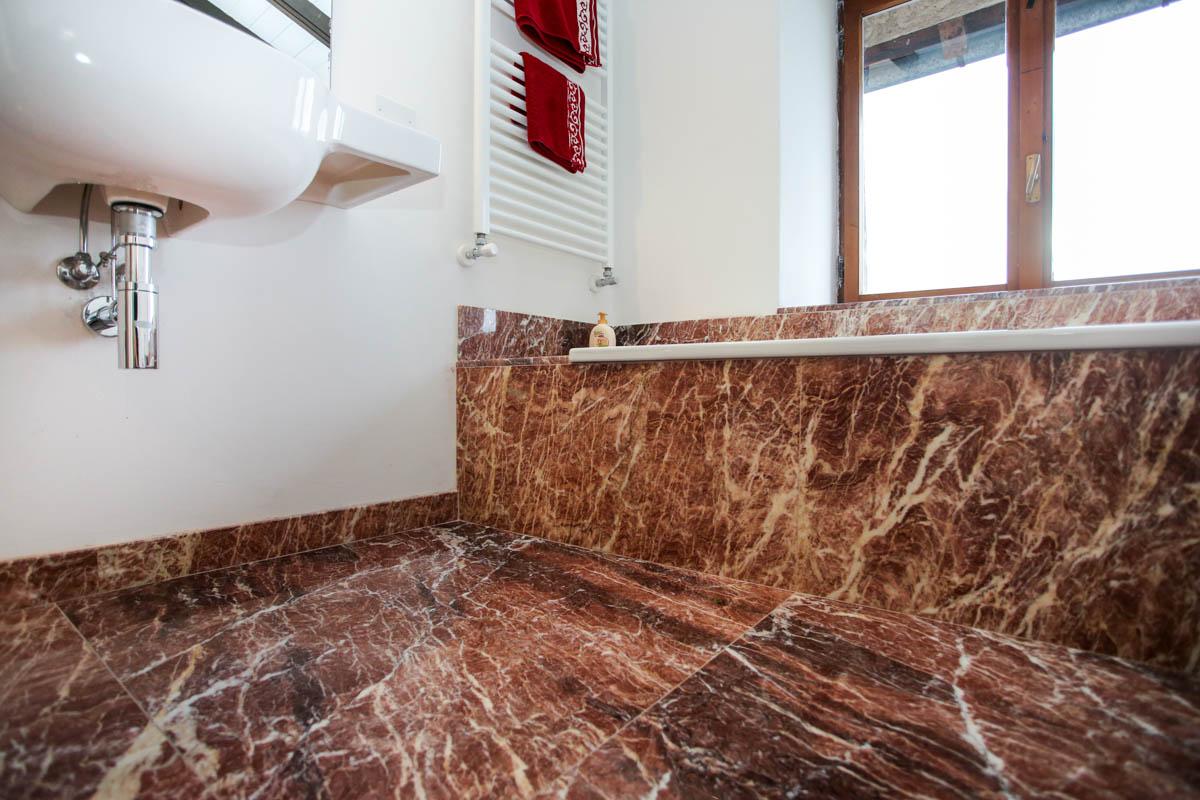 Pavimento e rivestimento bagno in marmo rosso - Lagorai Pietre
