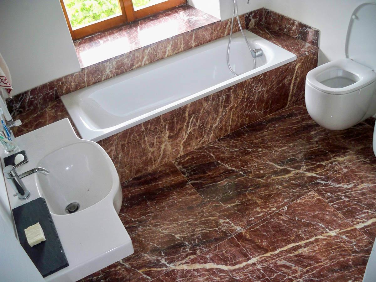 Bagno in marmo rosso lagorai pietre - Pietre per bagno ...